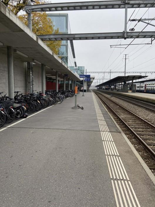 Aarau AG: Automobilistin fuhr auf Fussweg zum Bahnhofgebäude