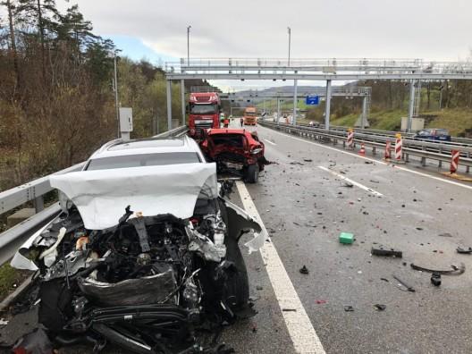 Effingen AG / A3: Porschefahrer kracht ins Heck eines Renaults – drei Tote – Nachtrag