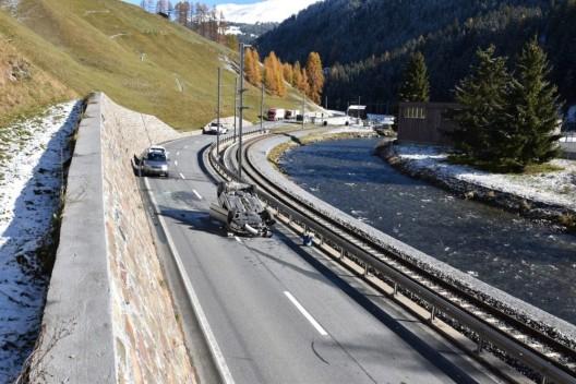 Davos Frauenkirch GR: Auto überschlägt sich nach Kollision mit Stützmauer