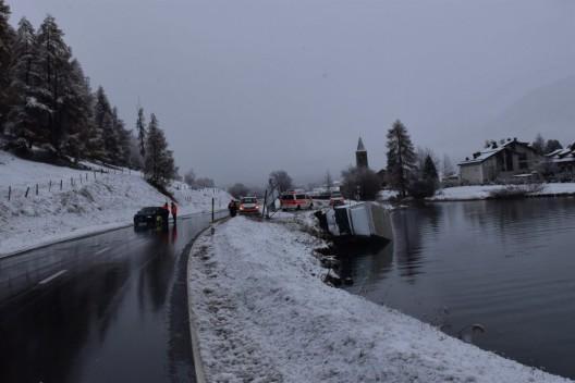 Sils i.E. GR: Kollision zwischen Lieferwagen und Auto endet im Silsersee