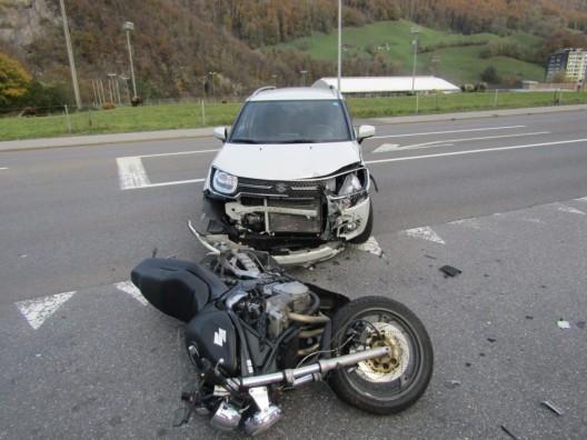 Glarus GL: Heftige Kollision zwischen Motorrad und Personenwagen