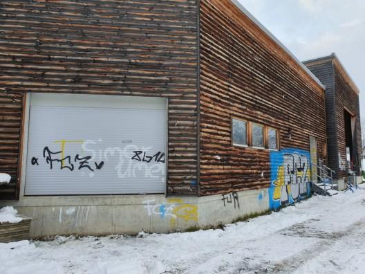Braunwald GL: Fassadenteile der Bahnstation besprayt - Zeugenaufruf