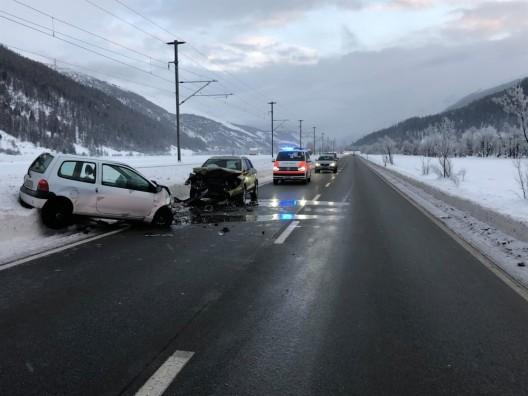 Bever GR: Zwei Personenwagen frontal kollidiert - zwei Verletzte (21 und 51)