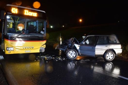 Rueun GR: Heftige Frontalkollision zwischen Personenwagen und Postauto