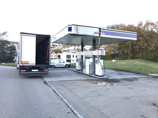 Schaffhausen SH: Lastwagen rammt Tankstellendach
