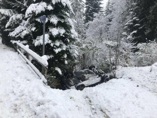 Les Paccots FR: Infolge Wetterbedingungen verunfallt – Auto landet im Bach