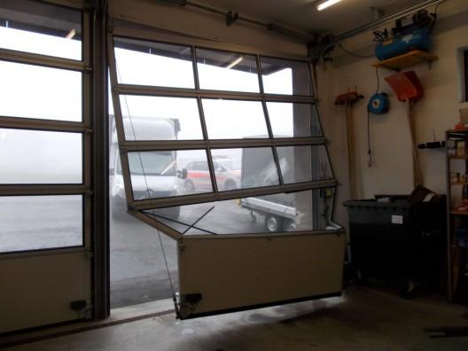 Speicher AR: Lieferwagen gegen Garagentor gerollt