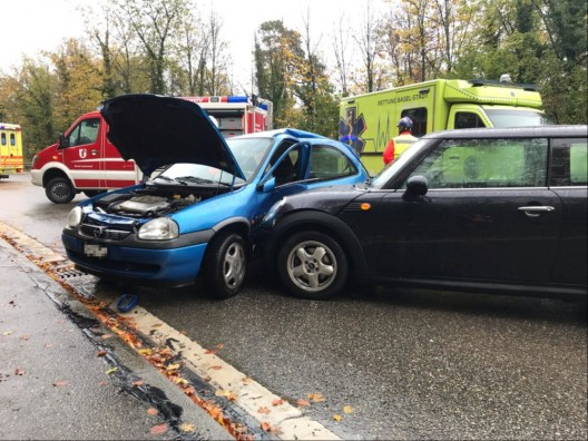 Reinach BL: Kollision zwischen zwei PWs – Vier Personen verletzt
