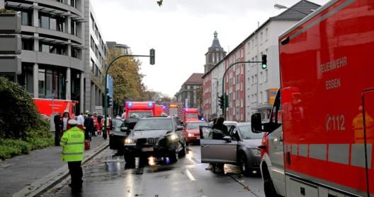 Verkehrsunfall mit drei beteiligten Pkw, fünf Personen zum Krankenhaus transportiert