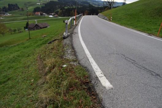 Schwellbrunn AR: Auto stösst gegen Zaun – Lenker entfernt sich