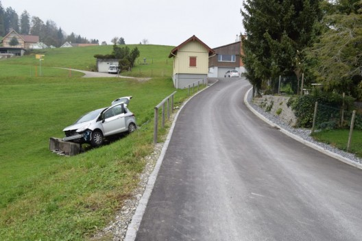 Herisau AR: Personenwagen kollidiert mit einem Brunnen