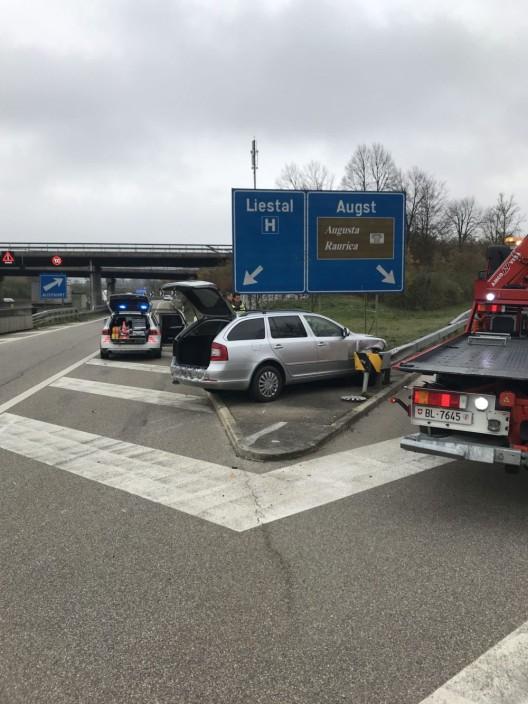 Pratteln BL / A3: PW-Lenker (20) prallt gegen Leitplanke – niemand verletzt