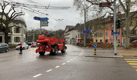 Winterthur ZH: Velofahrerin von Baumaschinenfahrzeug überrollt