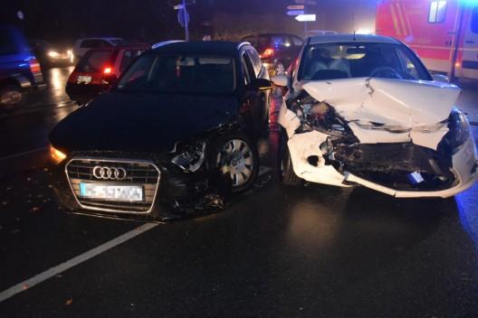 Verkehrsunfall mit Verletzten - Beim Geradeausfahren Vorfahrt missachtet