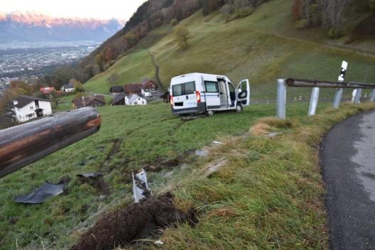 Triesenberg (FL): Lieferwagen landet im Wiesland