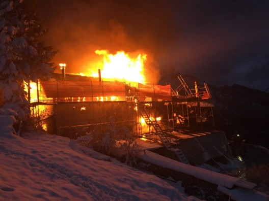 Fronalpstock in Mollis GL: Berggasthof brannte - Löschhelikopter im Einsatz