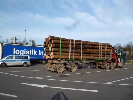 Verkehrsdienst kontrolliert Lkw - Holztransporter um 13 Tonnen überladen