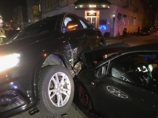 Auto landet auf Motorhaube der Unfallgegnerin