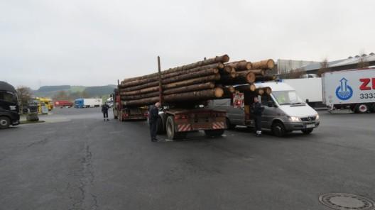 Lastwagen-Kontrolle auf der B 51: Mehr als 15 Tonnen Holz zu viel geladen