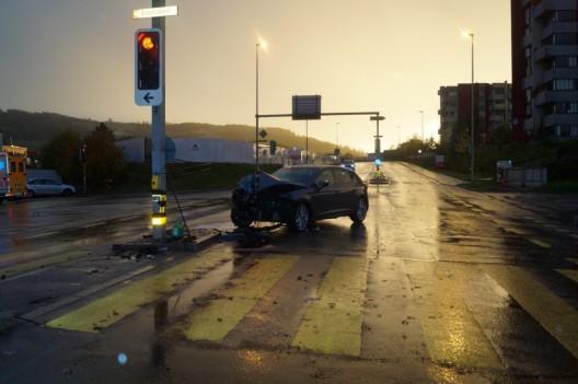 Risch Rotkreuz ZG: Alkoholisierte Autofahrerin prallt in Lichtsignalanlage