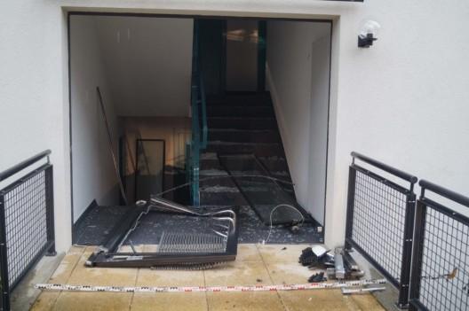 Walchwil ZG: Vorwärts statt rückwärts gefahren – Auto landet im Treppenhaus