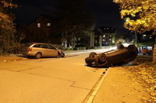 Auto landet auf Dach - hoher Sachschaden