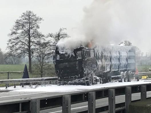 Hansalinie A1 - LKW mit Metallschrott im Vollbrand