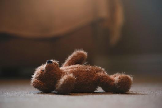 15-Jährige tötet ihren schlafenden kleinen Halbbruder (†3) mit 28 Messerstichen