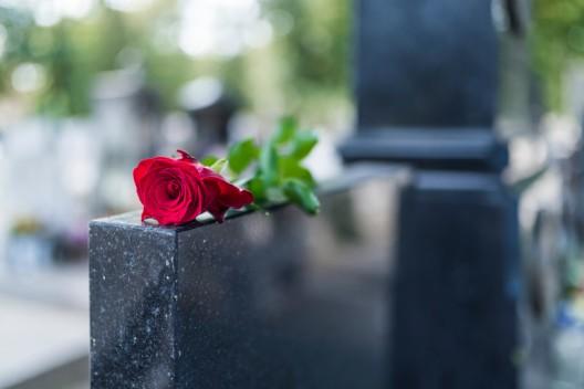 Grabschmuck von Friedhof gestohlen