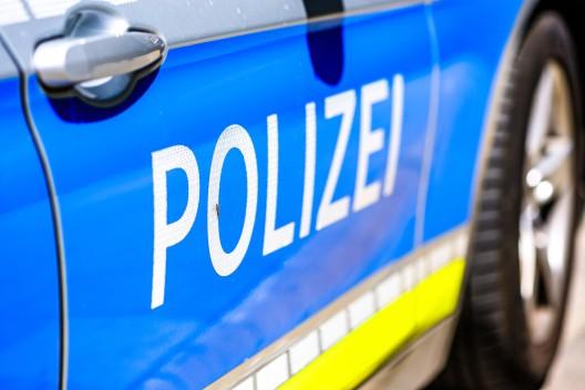 Zug fährt gegen Sperrschild - Bundespolizisten beruhigen aufgebrachte Reisende