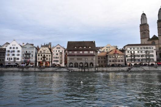 Zürich ZH 1: Betrunkener Mann (24) in Limmat gestürzt und von Polizisten gerettet