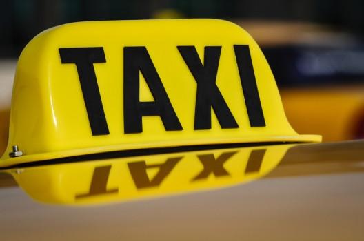 Zwei junge Frauen würgen Taxifahrer und berauben ihn – Zeugenaufruf