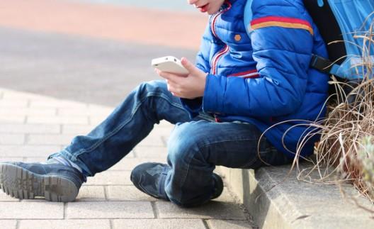 Kinder laden sich schlimme Inhalte auf ihre Smartphones – Präventionskampagne