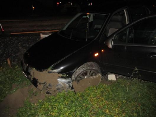 Näfels GL: Lenkerin (20) landet mit Auto im Strassengraben