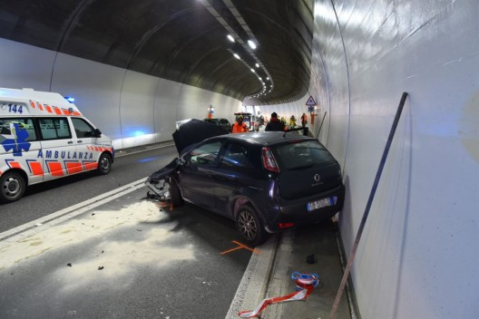 Mesocco GR: Kollision zweier Autos in Tunnel