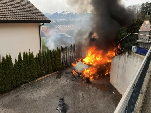 Gumefens FR: Fahrzeug brennt aus