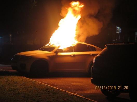 Aesch BL: Fahrzeug durch Brand vollständig zerstört – Zeugen gesucht