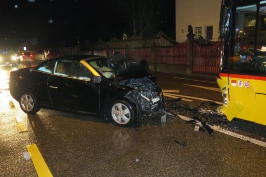 Liesberg BL: Frontalkollision zwischen PW und Postauto – sechs Personen verletzt