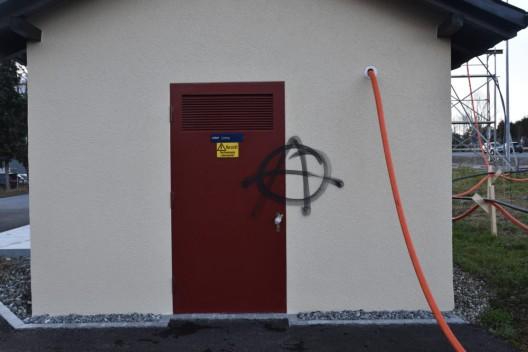 Liechtenstein: Sprayereien verübt – Auto prallt gegen Inselschutzpfosten