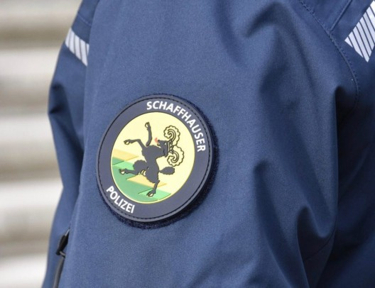 Neuhausen am Rheinfall SH: Zeugenaufruf zu möglicher Kollision zwischen einem Personenwagen und einem Fussgänger
