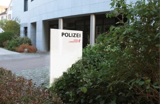 Liestal BL: Frau stürzt von Autobahnbrücke und verletzt sich