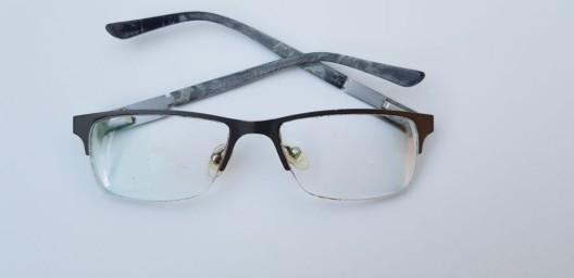 Wer kann Hinweise zu dieser Brille geben?