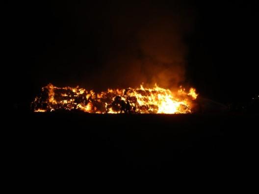 300 Strohballen in Flammen: Polizei geht von Brandstiftung aus