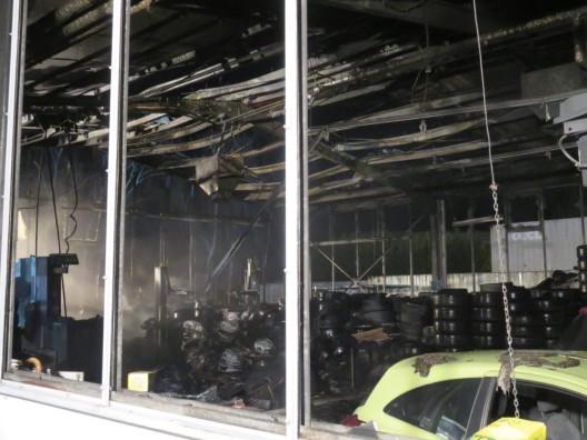 Feuer in Montagehalle eines Reifenhändlers in Essen, großer Sachschaden
