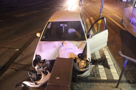 Pkw prallt gegen Hochbahnsteig, Fahrer leicht verletzt