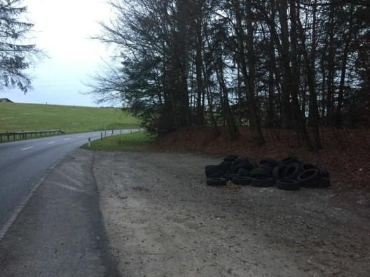 Kanton FR: Fünf illegale Altreifen-Deponien im Sensebezirk entdeckt – Zeugen gesucht