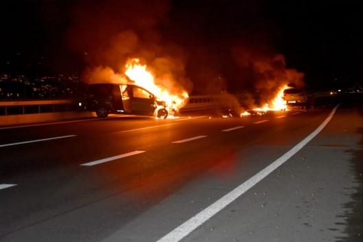 Buochs NW: Auf der A2 sind zwei PWs nach einer Kollision in Brand geraten