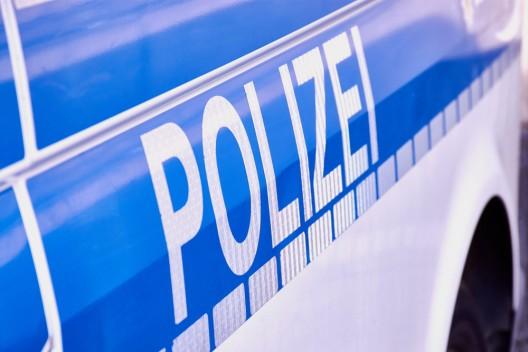 Passantin an Grundstücksausfahrt von Auto überrollt - Schwerverletzt