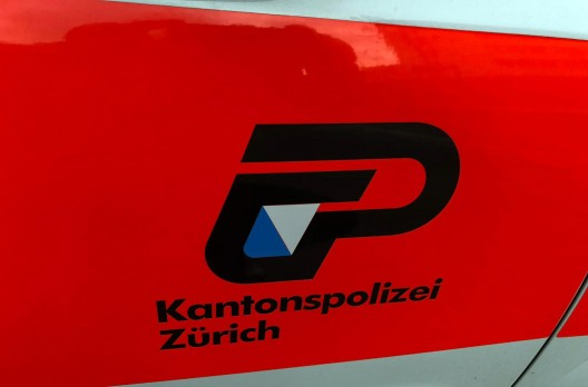 A53 / Rüti, Hinwil ZH: Autofahrer behindert Rettungswagen im Einsatz - Zeugenaufruf