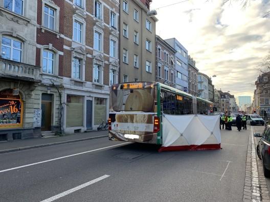 Basel BS: Velofahrerin von Bus überrollt und verstorben